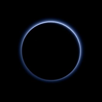 Atmosphère bleue de Pluton