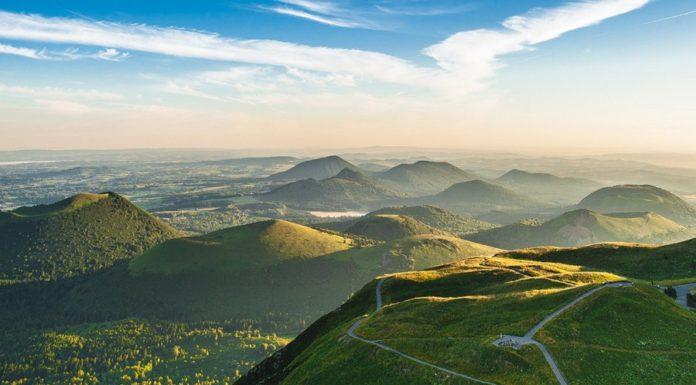 Vue aérienne de la chaîne des Puys depuis le puy de Dôme - Crédit photo : Luc Olivier