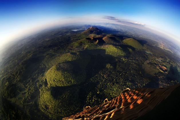 Vue de la Chaîne des Puys depuis une montgolfière. Crédit photo : D.Pourcher