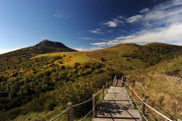 Vue de la Chaîne des Puys depuis l'escalier du puy Pariou. Crédit photo : D.Pourcher