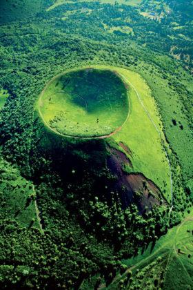 Le puy Pariou possède le cratère le plus profond des volcans de la Chaîne des Puys avec ses 90 mètres de profondeur. Crédit photo : P.Soissons