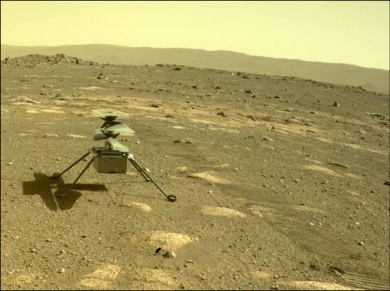 Le drone Ingenuity déployé sur le sol martien, amené par Perseverance.