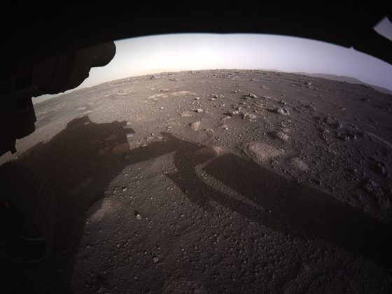 Première image en couleurs de Perseverance sur Mars.