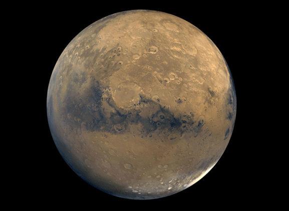 Vue de la planète Mars en haute définition dans l'espace