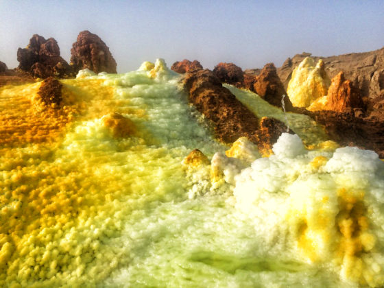 Cristallisations des fluides hydrothermaux en forme de cônes et de piliers.