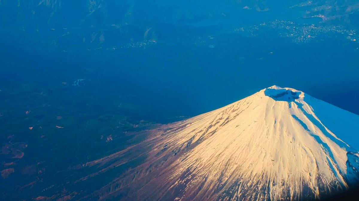 Vue aérienne du mont Fuji et de son cratère sommital