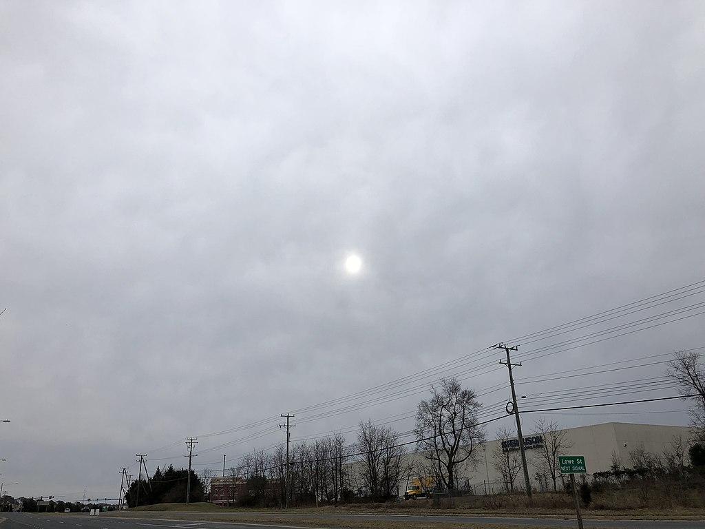 Les altostratus forment une couche nuageuse grise et homogene