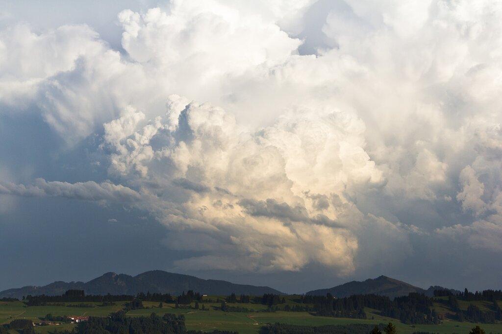 Les cumulonimbus ressemblent a une montagne surmontee d'un panache gigantesque