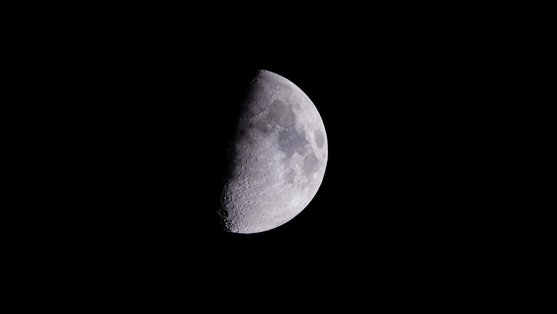 Demi-lune visible par temps degage depuis la Terre
