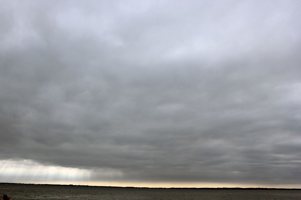 Couvert nuageux gris et opaque compose de nimbostratus