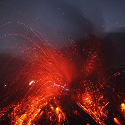 Éruption du Sakurajima, Japon. Crédit photo : Martin Rietze (Alien Landscapes on Planet Earth), APOD, NASA